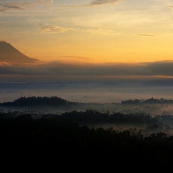 Sunrise Punthuk Setumbu Ketika Merbabu dan Borobudur Masih Berkabut