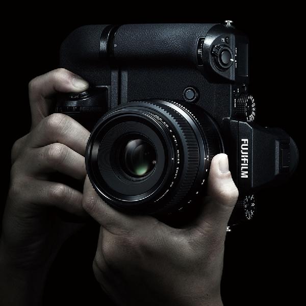 Tahan Air, Ini Mirrorless Medium Format Perdana Fujifilm