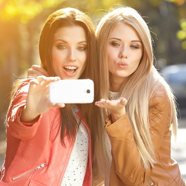 молодые девушки затмевают своих подружек на фото