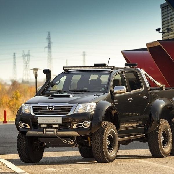 Toyota Hilux Disulap Menjadi 6 Roda