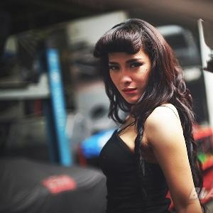 Siska - Dara Manis Pecinta American Muscle Car