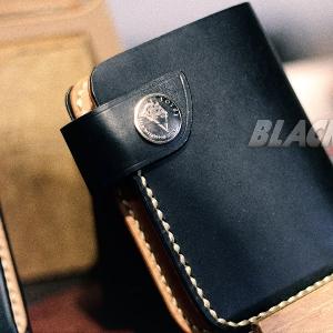 Dompet Hitam dengan Gaya Gothic