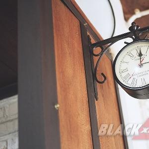 Jam yang juga berfungsi sebagai hiasan