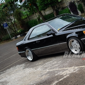Mercedes-Benz-300CE-tampak-samping-kanan