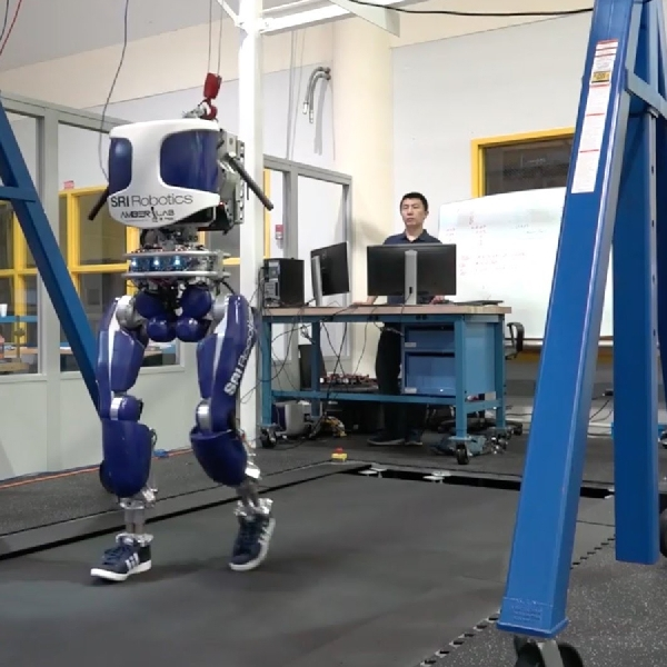 Wow, Robot Ini Dapat Berjalan Layaknya Manusia