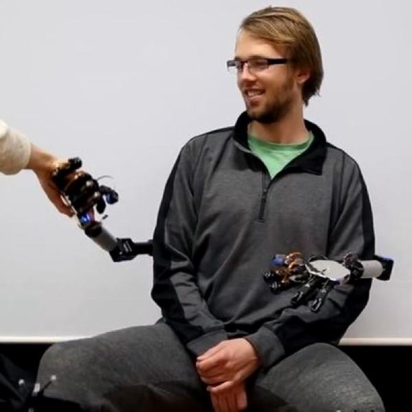 Metalimbs, Sistem Robot Mampukan Pengguna Miliki 2 Tangan Tambahan