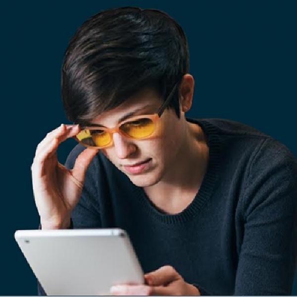 Bermain Smartphone di Malam Hari, Kacamata Ini Punya Solusinya