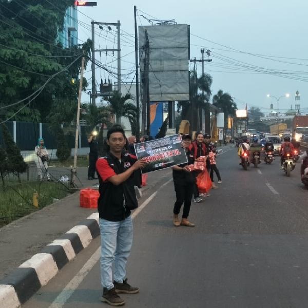 BMC dan BCC Chapter Bekasi Berbagi Takjil dengan Pengguna Jalan Kota Bekasi
