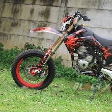 Sisi samping Kawasaki KLX150 Supermoto Caos Custom Bike